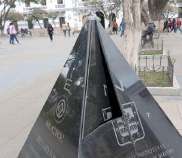 Dañan pirámide de la plaza 25 de Mayo