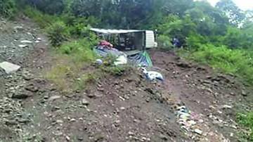 La Paz: Camión se vuelca por mal estado de las vías
