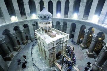 Inauguran tumba de Jesucristo tras reparación