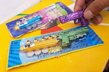 Alerta: Venden armas punzocortantes camufladas en juguetes en las puertas de escuelas