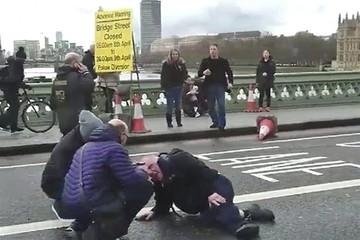 Apuñalan a policía cerca del Parlamento británico y su atacante es tiroteado