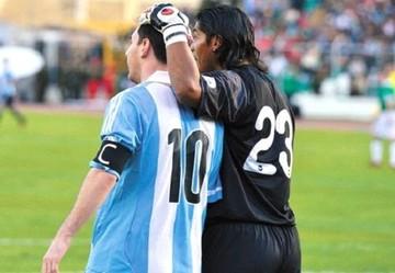 Messi regaló tres camisetas a jugadores bolivianos cuando Argentina empató 1-1 en 2013