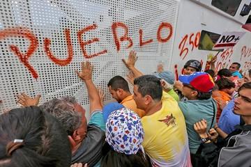 Supremo venezolano retrocede pero tensión alimenta la crisis