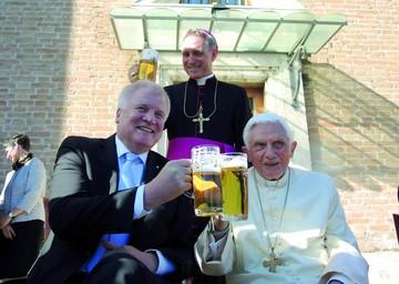 Benedicto XVI celebra 90 años y brinda con cerveza