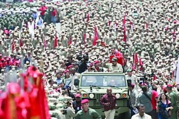 Maduro pide a militares respaldo ante violencia
