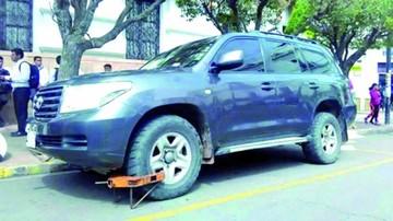 Removieron a policía por engrapar vagoneta oficial