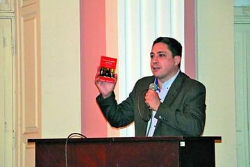 Arce Zaconeta presenta libro en Sucre