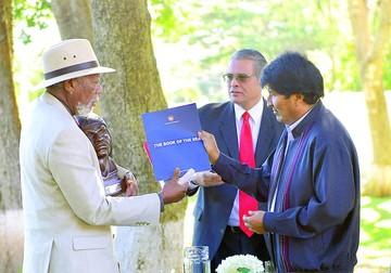 Actor Morgan Freeman recibe Libro del Mar