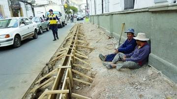 Desvelan improvisación en construcción de aceras