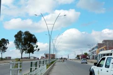 Instalan luminarias en la avenida Juana Azurduy