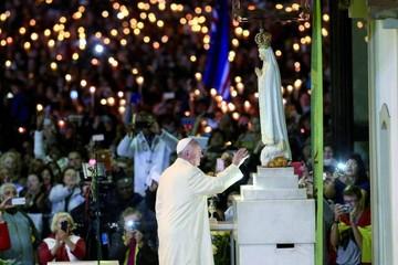 El Papa pide derribar los muros durante su oración ante Fátima