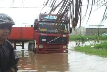Lluvia ocasiona inundaciones y problemas en barrios de Santa Cruz