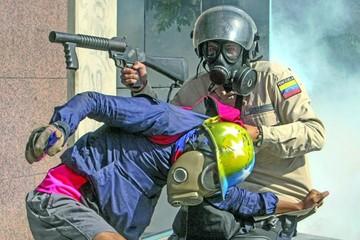 Nueva represión con gases agudiza crisis venezolana