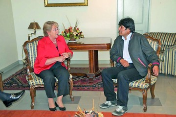 Gobierno abre posibilidad de reunión Evo-Bachelet