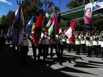 Actos y desfile congregaron en homenaje al 25 de Mayo