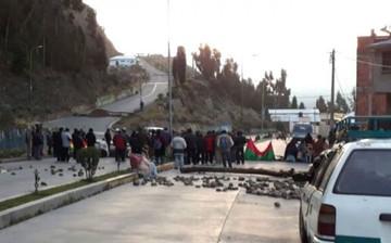 Vecinos queman llantas y bloquean en contra de una ley municipal de La Paz