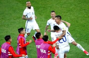 Chile vence 2-0 a Camerún en su debut en la Confederaciones