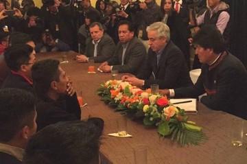 Homenajean a los nueve bolivianos tras reunirse con Evo Morales
