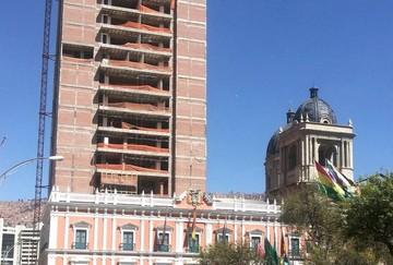 """Mesa llama """"engendros"""" a dos construcciones en el centro de La Paz"""