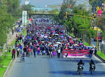 "COB advierte con ""agudizar"" protestas; Gobierno minimiza"