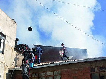 Incendio revela que equipo para bomberos es precario