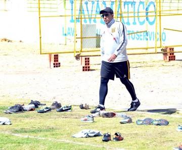 Abogado argentino llega para defender a DT Farías