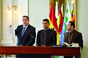 Crece polémica entre ex embajadores y Gobierno