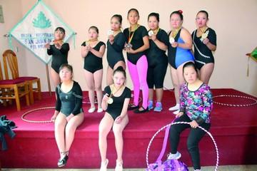 Atletas especiales cumplen con torneo de gimnasia