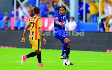Ronaldinho emociona  en partido amistoso