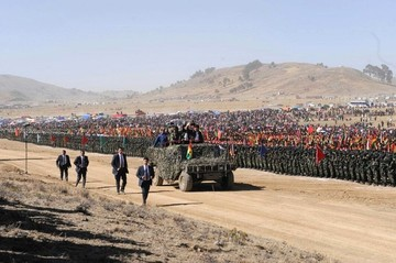 Tras jura a la Bandera, se inicia desfile cívico-militar en Kjasina en homenaje a las FFAA