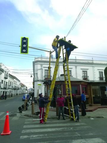 Renuevan semáforos en el centro de la ciudad