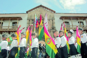 Escolares rindieron homenaje en desfile al emblema patrio