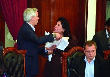 Voto de confianza a Ferreira y bochorno en el Legislativo