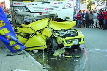 Accidente con suerte deja autos dañados y susto en la gente