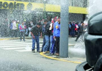 Policía peruana y los maestros chocan de nuevo