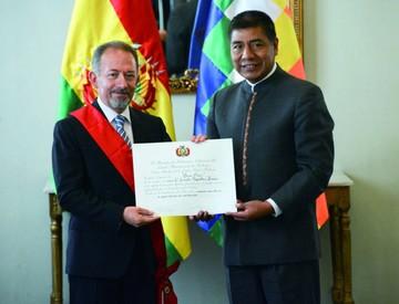 Bolivia condecora al representante de la CAF