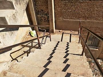 Convierten escalinata en baño y basurero