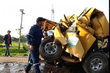 Camioneta del Sedcam de Santa Cruz sufre aparatoso accidente