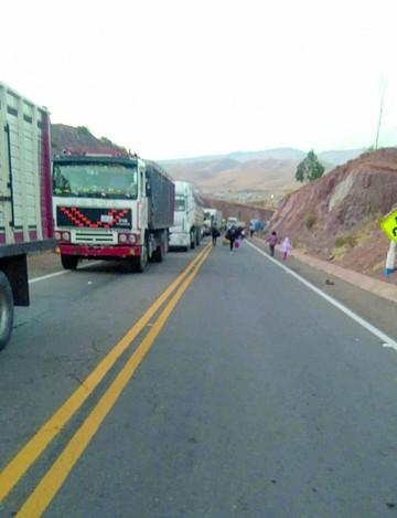 Sindicatos de transporte Sucre-Potosí bloquean vía