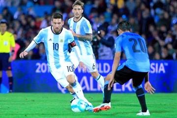 Uruguay y Argentina no se hacen daño, conservan puestos y Suárez asusta