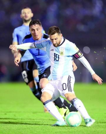 Argentina no pudo romper el esquema defensivo uruguayo