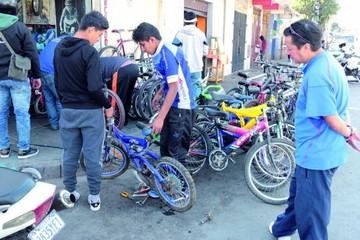 La gente saca hoy sus bicicletas para disfrutar el Día del Peatón