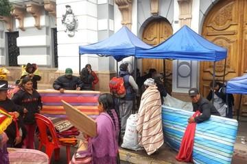 Artesanos levantan huelga de hambre que sostenían fuera de la Gobernación