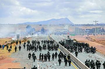 Policía despeja bloqueo y opción de diálogo en Achacachi se diluye