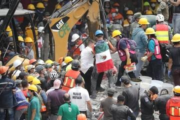 Una marea de ciudadanos ayuda sin tregua a los damnificados del terremoto