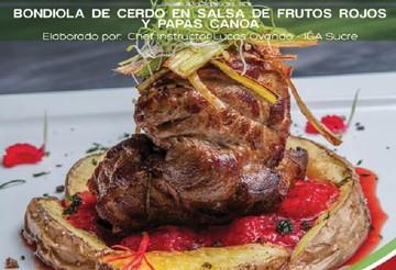 Bondiola de cerdo en salsa de frutos rojos y papas canoa
