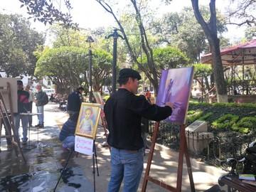 Pintores le dieron color a la plaza 25 de Mayo con obras