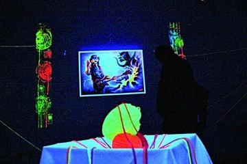 Artistas plásticos proponen pinturas fluorescentes
