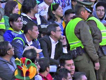 Soria dio instrucciones  desde las gradas del estadio