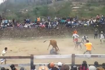 Villa Serrano: Toro cornea y pisa a un hombre durante una corrida por fiesta de San Miguel
